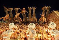 Carro alegórico da Unidos da Tijuca, escola do carnavalesco Paulo Barros, na segunda noite de desfiles do Grupo Especial do Carnaval do Rio. 21/02/2012 REUTERS/Nacho Doce