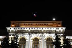 Вид на здание Банка России в Москве 8 декабря 2011 года. Центробанк РФ видит меньший, чем Минэкономики, чистый отток капитала в январе 2012 года и объясняет его высокие объемы хеджированием рисков. REUTERS/Denis Sinyakov