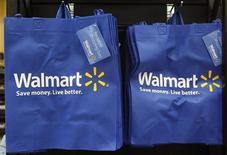 <p>Wal-Mart Stores a dégagé au quatrième trimestre un bénéfice tout juste inférieur au consensus, provoquant un repli sensible de son action en Bourse en ouverture, en raison d'une baisse des prix destinée à gagner de la clientèle durant la période des fêtes de fin d'année. /Photo prise le 21 septembre 2011/REUTERS/Jim Young</p>