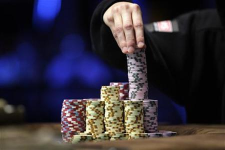 A contestant stacks chips during the World Series of Poker Main Event at the Rio hotel-casino in Las Vegas, November 8, 2010. REUTERS/Las Vegas Sun/Steve Marcus