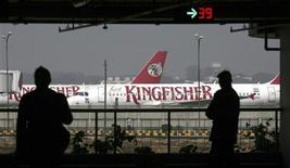 <p>La compagnie aérienne indienne Kingfisher Airlines semble sur le point de s'effondrer sous le poids de ses dettes, les annulations de vols s'étant multipliées depuis près d'une semaine et les démissions de pilotes s'accumulant par dizaines. /Photo prise le 21 février 2012/REUTERS/Parivartan Sharma</p>