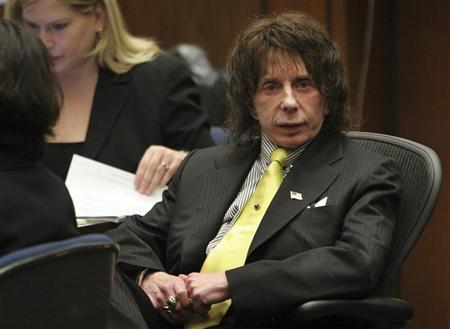 Music producer Phil Spector sits in the courtroom on the last day of the prosecution rebuttal during his retrial in Los Angeles March 26, 2009. REUTERS/Al Seib/Pool
