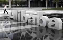 <p>Imagen de archivo del logo de la empresa china de comercio electrónico Grupo Alibaba en su casa matriz de Hangzhou, ago 11 2011. La empresa china de comercio electrónico Grupo Alibaba ofreció recomprar todas las acciones en el mercado de su filial Alibaba.com por unos 2.500 millones de dólares, una decisión que dijo no está atada al acuerdo que intenta sellar con Yahoo para recuperar su participación en el gigante chino de Internet. REUTERS/Steven Shi</p>