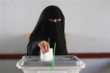 A woman casts her vote during the presidential elections at a polling station in Al Hasaba neighborhood in Sanaa February 21, 2012.  REUTERS/Ahmed Jadallah