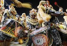 Foliões da escola de samba Mocidade Alegre participam do desfile de Carnaval no Sambódromo do Anhembi, em São Paulo. A Mocidade Alegre foi declarada campeã do Carnaval de São Paulo na noite de terça-feira. 18/02/2012  REUTERS/Paulo Whitaker
