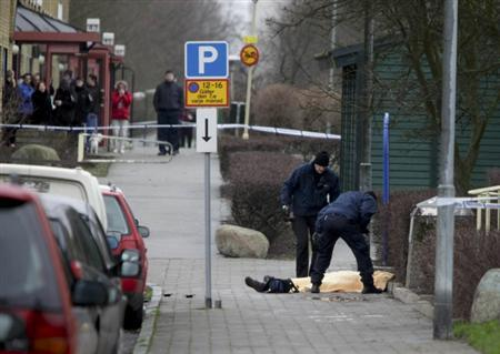 Police technicians investigate the body of a man gunned down in broad daylight in Malmo in this January 3, 2012 file picture.     REUTERS/SCANPIX/Drago Prvulovic