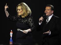 Adele faz gesto obsceno após ser interrompida pelo apresentador James Corden (D), depois de receber o BRIT Music Award de melhor álbum britânico do ano, em Londres. 21/02/2012  REUTERS/Dylan Martinez