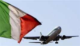Лайнер компании Alitalia садится в римском аэропорту 26 сентября 2008 года. Авиаперевозки между Россией и странами Евросоюза могут подешеветь уже в этом году: Минтранс РФ наконец добрался до пересмотра существовавших со времен Советского Союза межправительственных соглашений, ограничивавших конкуренцию на маршрутах в Европу, и начал с Италии. REUTERS/Max Rossi (ITALY)