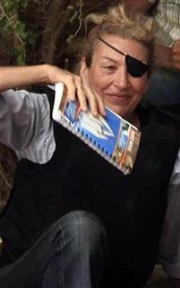 Marie Colvin poses for a photograph with Libyan rebels (unseen) in Misrata in this June 4, 2011 file photograph. REUTERS/Zohra Bensemra