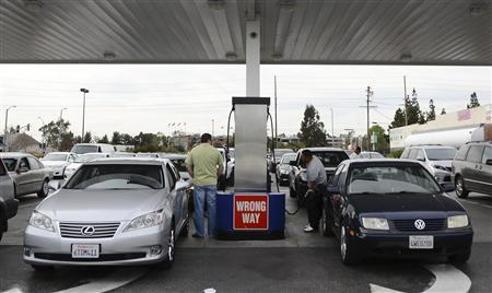 Drivers wait in line to refill their tanks at a Costco store in Van Nuys, California February 21, 2012.   REUTERS/Gene Blevins
