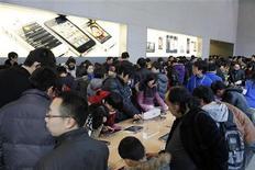 Clientes testam iPads da Apple na loja da companhia, no centro de Xangai. Uma corte de Xangai rejeitou o pedido de uma companhia chinesa de tecnologia para que a Apple suspendesse a venda do tablet iPad na cidade. 18/02/2012  REUTERS/Aly Song