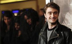 """O membro do elenco Daniel Radcliffe posa numa exibição especial de """"A Mulher de Preto"""" em Los Angeles, California, 2 de fevereiro de 2012. REUTERS/Mario Anzuoni"""