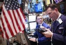 Трейдеры биржи Уолл-стрит в Нью-Йорке следят за ходом торгов, 10 февраля 2012 года. Акции на Уолл-стрит выросли в четверг после обнадеживающих данных о состоянии рынка труда крупнейшей экономики мира, однако рост фондовых индексов замедлился по мере приближения к максимумам, зафиксированным до коллапса Lehman Brothers в 2008 году. REUTERS/Brendan McDermid