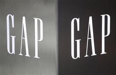 Логотип Gap на здании первого магазина Gap в Гонконге, 25 ноября 2011 г. Квартальная прибыль американского ритейлера одежды Gap Inc упала на 40 процентов за квартал к концу января, однако компания представила план конкретных действий по реорганизации операций и стимулированию продаж.  REUTERS/Siu Chiu
