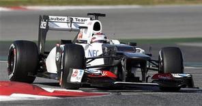 O piloto da Sauber, Kamui Kobayashi, do Japão, faz a curva durante treino no circuito de Catalunya, em Montmelo, perto de Barcelona. Kobayashi foi o mais rápido no segundo teste da pré-temporada da Fórmula 1, que terminou nesta sexta-feira em Barcelona 24/02/2012. REUTERS/Albert Gea