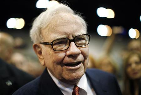 Berkshire Hathaway Chairman Warren Buffett wanders the company trade show before his company's annual meeting in Omaha, Nebraska April 30, 2011. REUTERS/Rick Wilking