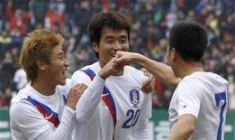 Lee Dong-Gook (C), da Coreia do Sul, comemora seu gol com os colegas Lee Keun-Ho (E) e Kim Do-Heon durante o amistoso contra o Uzbequistão, em Jeonju, ao sul de Seul. 25/02/2012 REUTERS/Lee Jae-Won