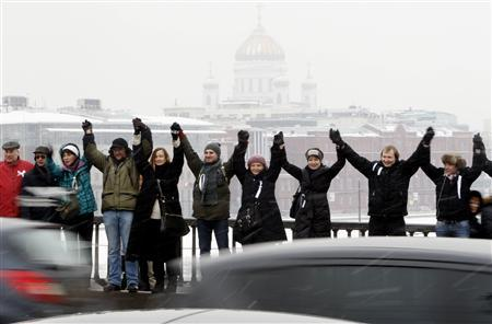 Opposition supporters take part in a protest rally called The White Ring by forming a human chain along the Garden Ring road in Moscow, February 26, 2012. REUTERS/Sergei Karpukhin