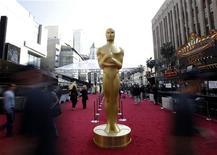 Uma estátua do Oscar é vista na área do tapete vermelho, na chegada ao teatro onde será realizada a entrega dos prêmios, em Hollywood, nos Estados Unidos, no sábado. 25/02/2012 REUTERS/Mario Anzuoni
