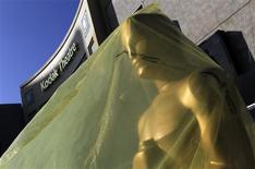 An Oscar statue waits to be unveiled in the red carpet arrival area during preparations for the 84th Academy Awards in Hollywood, February 24, 2012.  REUTERS/Lucy Nicholson