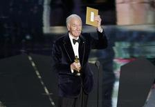 "Christopher Plummer, accepts the Oscar for best supporting actor for his role in ""Beginners"" at the 84th Academy Awards in Hollywood, California, February 26, 2012.  REUTERS/Gary Hershorn"