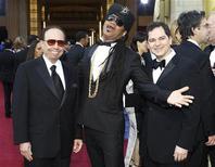 """Os músicos Sergio Mendes (esquerda) e Carlinhos Brown (centro), indicados ao Oscar de Melhor Canção Original pela canção """"Real in Rio"""", da animação """"Rio"""", posam ao lado do diretor Carlos Saldanha na 84ª cerimônia do Oscar, em Los Angeles, Estados Unidos. A canção """"Real in Rio"""" perdeu para """"Man or Muppet"""", do filme """"Os Muppets"""". 26/02/2012 REUTERS/Mario Anzuoni"""