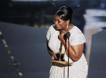 """Octavia Spencer se emociona ao receber o Oscar de Melhor Atriz Coadjuvante pelo filme """"Histórias Cruzadas"""", em Los Angeles, Estados Unidos. 26/02/2012 REUTERS/Gary Hershorn"""