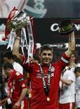 """Капитан """"Ливерпуля"""" Стивен Джеррард держит кубок победителя английской Лиги на стадионе в Лондоне, 26 февраля 2012 года.  """"Ливерпуль"""" в воскресенье в восьмой раз в истории клуба выиграл Кубок английской Лиги, обыграв представителя второго по значимости дивизиона, """"Кардифф"""", только в серии пенальти. REUTERS/Eddie Keogh"""