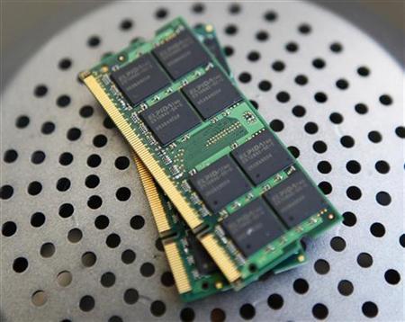 2月27日、経営再建中のエルピーダメモリは、会社更生法の適用を東京地方裁判所に申請したと正式に発表した。負債総額は2011年3月31日時点で4480億円。写真は同社のDRAMチップ。台北で2009年11月撮影(2012年 ロイター/Nicky Loh)