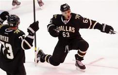 """Майк Рибейро из """"Далласа"""" (справа) радуется шайбе, заброшенной в ворота """"Ванкувера"""" на игре в Далласе, 26 февраля 2012 года. """"Даллас"""" продолжил двигаться к попаданию в плей-офф от Западной конференции, в овертайме со счетом 3-2 обыграв """"Ванкувер"""" в матче регулярного чемпионата НХЛ в воскресенье. REUTERS/Mike Stone"""