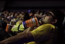 """Мужчина сидит в кинозале в Мехико, 25 октября 2009 года. Боевик """"Закон доблести"""" стал лидером североамериканского кинопроката на выходных, собрав за уикенд $24,7 миллиона в США и Канаде. REUTERS/Daniel Aguilar"""