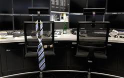 Галстук висит на спинке кресла в торговом зале Франкфуртской фондовой биржи, 12 августа 2011 года. Роботы завоевывают все большую популярность на мировых фондовых рынках, превращая торговлю в высокоскоростную гонку и угрожая потерей работы живым трейдерам, которые не могут соперничать с машинами ни в оперативности, ни в экономичности. REUTERS/Alex Domanski