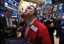 Трейдеры работают в торговом зале биржи Уолл-стрит в Нью-Йорке, 27 февраля 2012 года. Акции на Уолл-стрит подорожали в понедельник до максимума с середины 2008 года благодаря снижению цен на нефть и позитивным данным о рынке недвижимости в США. REUTERS/Brendan McDermid