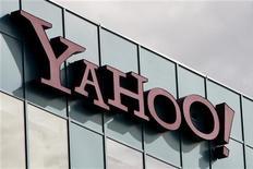 Логотип Yahoo Inc. на здании компании в штате Калифорния, 14 октября 2010 года. Yahoo потребовала лицензионных выплат от Facebook за использование принадлежащих ей технологий, сообщили компании в понедельник. REUTERS/Fred Prouser