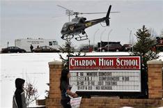 Вертолет кружит рядом со старшей школой города Чердон, штат Огайо, 27 февраля 2012 года. Один мальчик погиб и еще четыре человека ранены в результате стрельбы, устроенной в понедельник утром в столовой старшей школы города Чердон в США учеником, сообщила полиция. REUTERS/Ron Kuntz