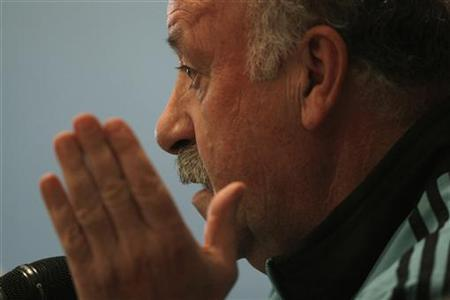 Spain's national soccer team coach Vicente del Bosque attends a news conference in Malaga, southern Spain, February 28, 2012. REUTERS/Jon Nazca