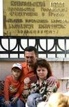 Российские граждане ожидают у посольства РФ в Тбилиси 6 октября 2006.Президент Грузии Михаил Саакашвили во вторник объявил об отмене виз для граждан России, с которой разорвал дипломатические отношения после короткой войны в августе 2008-го, задержавшей присоединение Москвы к ВТО. REUTERS/David Mdzinarishvili