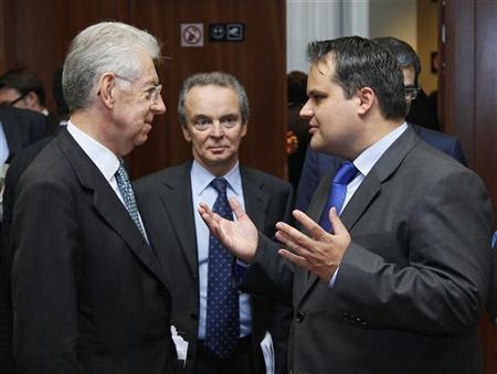 Italy's Prime Minister and Finance Minister Mario Monti (L) talks with Dutch Finance Minister Jan Kees de Jager (R) at the start of a European Union (EU) finance ministers meeting in Brussels November 30, 2011.                      REUTERS/Yves Herman