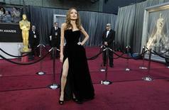 A atriz Angelina Jolie posa para a mídia na chegada à cerimônia do Oscar, em Los Angeles, nos Estados Unidos, domingo. 26/02/2012 REUTERS/Lucy Nicholson