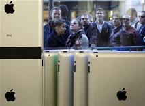 Люди стоят перед магазином Apple в Цюрихе, 25 марта 2011 года. Ровно через неделю Apple Inc, как ожидается, покажет новую, улучшенную версию своего популярного планшета iPad, усложняя таким образом жизнь конкурентам вроде Amazon.com Inc. REUTERS/Christian Hartmann