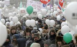 Демонстранты на акции протеста в центре Москвы, 4 февраля 2012 года. Российская Госдума в последнюю неделю перед президентскими выборами проголосовала в первом чтении за либеральную реформу, предложенную Кремлем на фоне массовых протестов. Оппозиция отругала власть за недостаточную решительность в разрушении вертикали и предрекла ей потерю контроля над улицей после выборов. REUTERS/Denis Sinyakov
