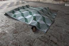 Тела двух людей, погибших в результате артобстрела правительственных войск в Идлибе, 28 февраля 2012 года. Более 7.500 мирных жителей погибли в Сирии во время народных выступлений против президента страны Башара Асада, которые продолжаются уже 11 месяцев, сообщила ООН. REUTERS/Zohra Bensemra