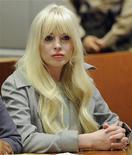 """Atriz Lindsay Lohan comparece a uma audiência para relatar sobre seu progresso em liberdade condicional, em um Tribunal de Los Angeles, na Califórnia. A problemática atriz disse que está deixando a sua imagem de """"garota má"""" para trás e está começando um novo capítulo em sua vida. 22/02/2012  REUTERS/Kevork Djansezian/Pool"""