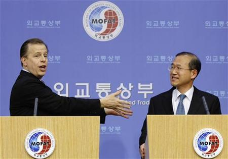 U.S. Special Representative for North Korean Affairs Glyn Davies (L) and South Korean nuclear envoy Lim Sung-nam attend a news conference at the Foreign Ministry in Seoul February 25, 2012. REUTERS/Kim Hong-Ji