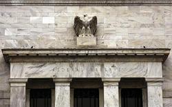 Здание ФРС США в Вашингтоне, 15 декабря 2009 года. Экономика США умеренно расширялась в январе и первой половине февраля, так как наем сотрудников немного ускорился в нескольких округах, сообщил американский Центробанк. REUTERS/Hyungwon Kang