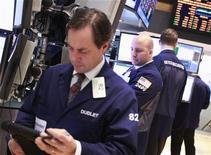 Трейдеры работают на бирже в Нью-Йорке, 28 февраля 2012 года. Американские акции снизились в среду, прервав четырехдневное ралли, после комментариев главы ФРС Бена Бернанке, которые разочаровали инвесторов, ждавших намека на новые экономические стимулы. REUTERS/Brendan McDermid