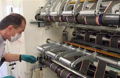 <p>L'activité du secteur manufacturier français s'est quelque peu améliorée en février selon les résultats définitifs de l'enquête Markit auprès des directeurs d'achats publiés jeudi. /Photo d'archives/REUTERS/Régis Duvignau</p>