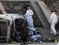 Полицейские эксперты работают на месте взрыва в Стамбуле 1 марта 2012 года. Десять сотрудников полиции ранены в результате взрыва бомбы с дистанционным управлением около штаб-квартиры правящей Партии справедливости и развития в Стамбуле, сказал репортерам начальник полиции Хусейн Капкин. REUTERS/Osman Orsal