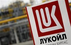 Логотип компании Лукойл около завода близ Бургаса (Болгария), 23 марта 2010 года. Чистая прибыль Лукойла без учета доли миноритариев, рассчитанная по US GAAP, выросла в 2011 году до $10,4 миллиарда с $9,0 миллиарда в 2010 году, оказавшись ниже прогноза аналитиков в $11,8 миллиарда. REUTERS/Oleg Popov