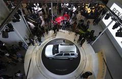Renault Duster на автомобильной выставке в Нью-Дели, 6 января 2012 г. Французский автоконцерн Renault начал в четверг продажи в РФ дешевого внедорожника Duster, который выпускается на заводе Автофрамос в Москве. REUTERS/Adnan Abidi